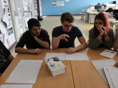 quelques étudiants écoutent la présentation de leur camarade